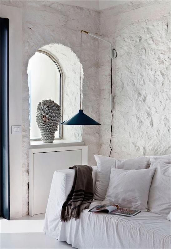pared de piedra pintada de blanco