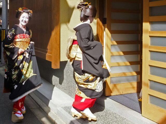 雛祐さんは笑顔で茶屋組合に入った。