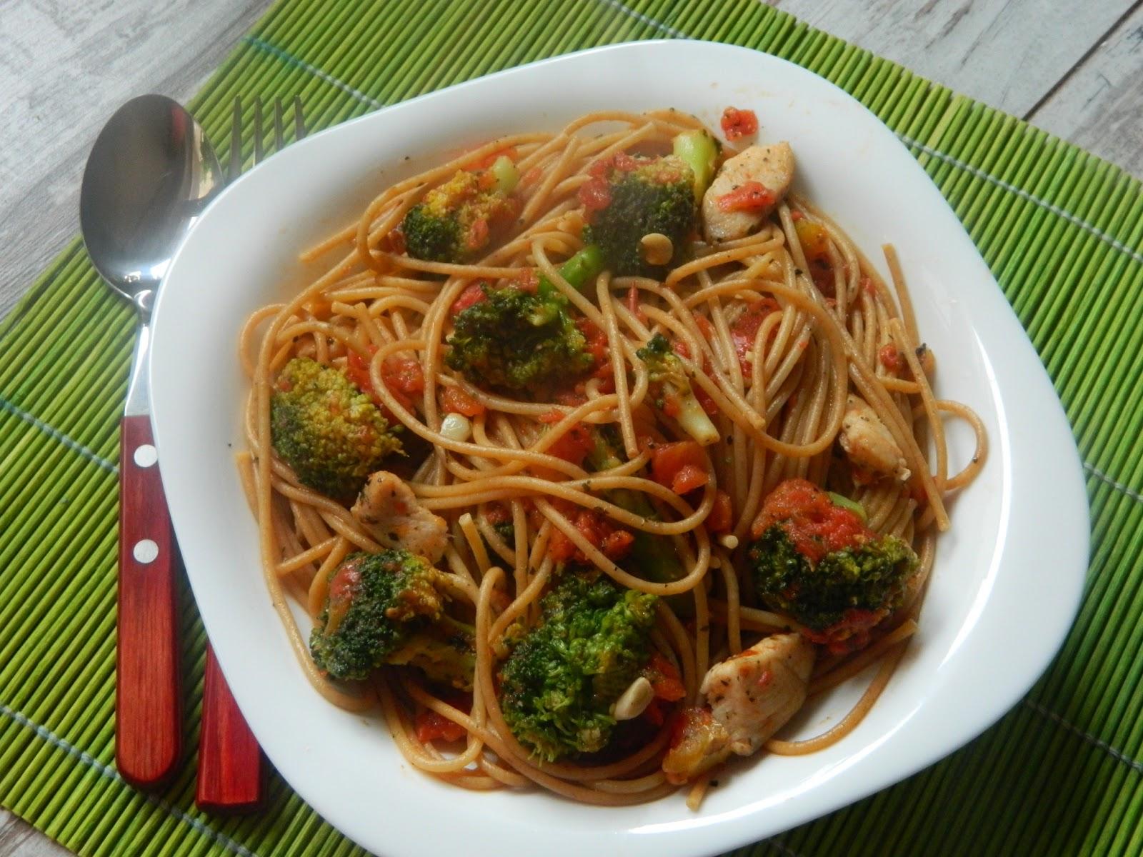 Spaghetti integrale cu broccoli si piept de pui