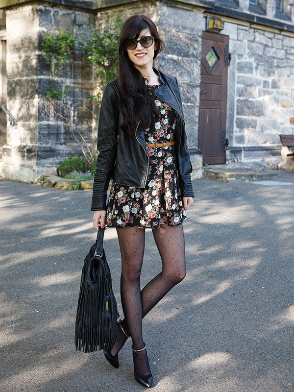 Bild Outfitpost, Fashionblogger, Blogger, Hannover, Blümchenkleid, Lederjacke, Kombination, wie kombiniere ich, Frankentasche, Outfitoftheday, Lookoftheday, Lookbook, Style, Streetstyle, Schwarz, Strumpfhose