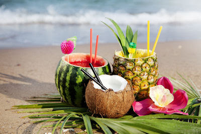 Cocteles frescos y exóticos de frutas en la playa - nice-fresh-exotic-cocktails-served-on-the-beach