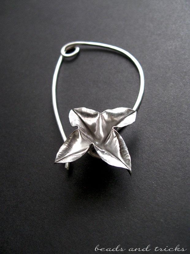 Spilla da scialle in argento lavorato a mano e fiore a foldforming