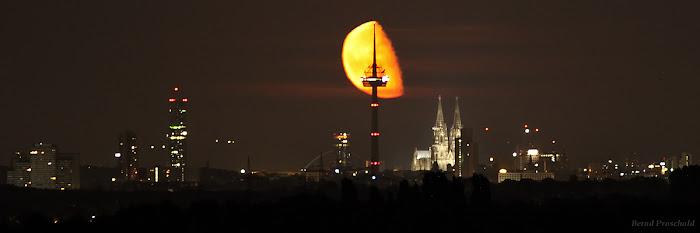 Trăng hạ huyền lúc nửa đêm trên bầu trời thành phố Cologne, nước Đức với Nhà thờ Cologne nằm ở bên phải. Bạn có thể coi video timelapse Mặt Trăng mọc lên từ khung cảnh này tại đây. Tác giả tấm hình : Bernd Proschold.