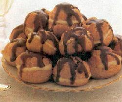 Plato con varias bombas rellenas de crema y chocolate