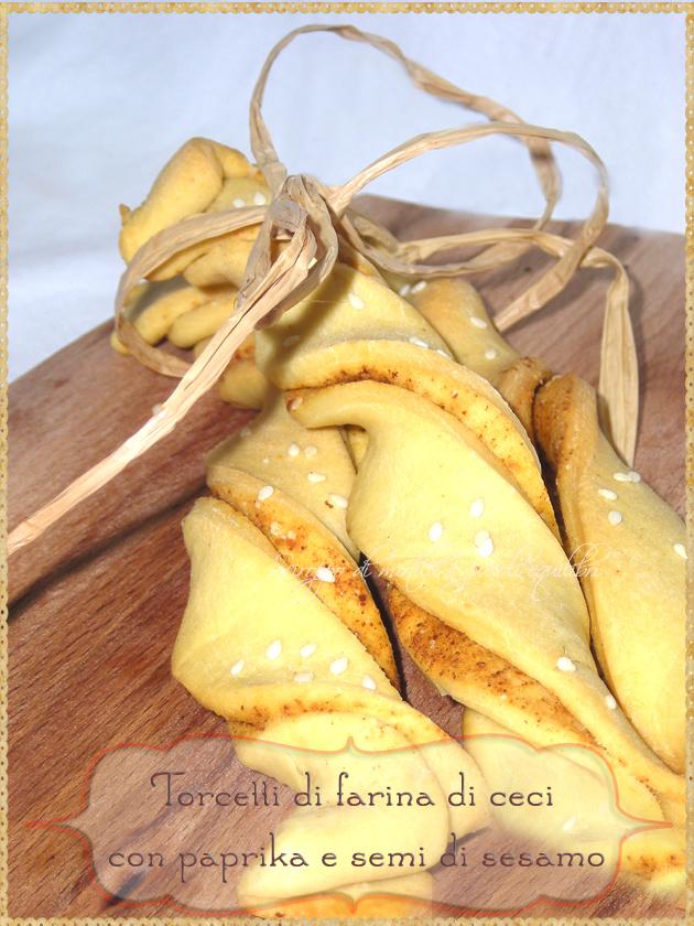 Torcetti di farina di ceci con paprika e semi di sesamo
