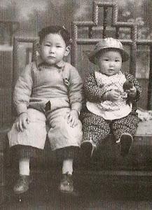 哥哥5岁,我1岁。哥哥出生于南京,我出生于徐州,我三岁时全家迁往北京。