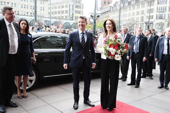Prinz Frederik und Prinzessin Mary von Dänemark statten der Hansestadt Hamburg einen Besuch ab und werden auf dem Rathausmarkt empfangen.