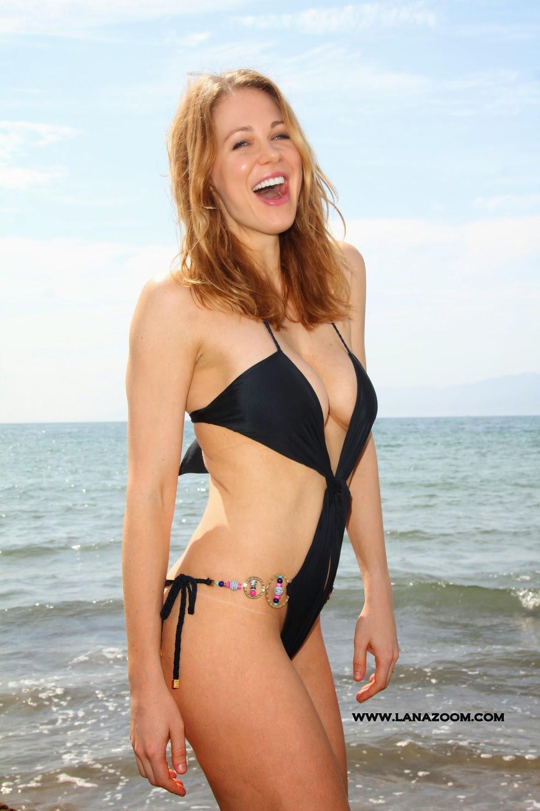 صور ميتلاند وارد ترتدي ملابس سباحة مثيرة تظهر جسدها الناعم في شاطئ ماليبو