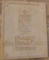 Placa a la entrada del Monasterio del Monasterio de Santa María de Carbajal. Foto G. Márquez.