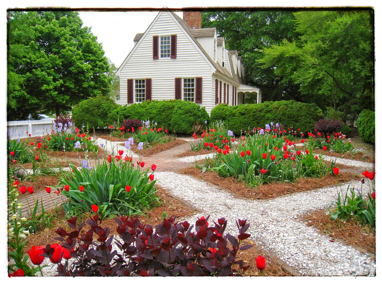 English Garden in Colonial Williamsburg via foobella.blogspot.com