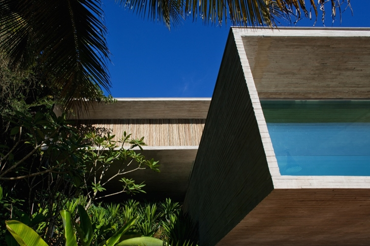 Facade of Modern beach house in Brazil by Marcio Kogan