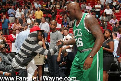 Imagen de Lil Wayne saludando a Shaquille O'Neal en un partido de la NBA