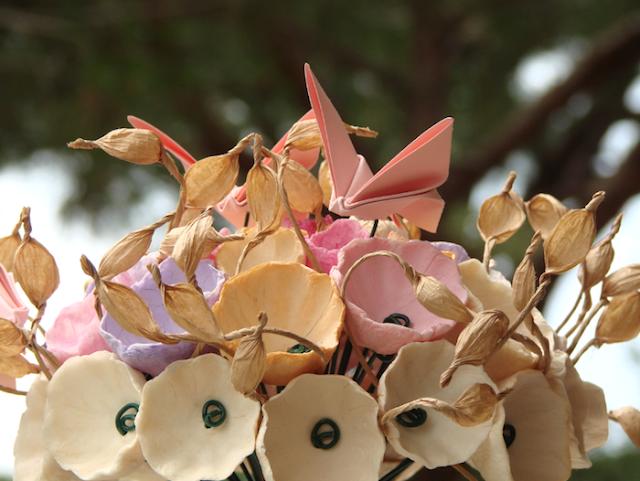 bouquet  di fiori di carta rosa, lilla ecrù per matrimonio a tema farfalle