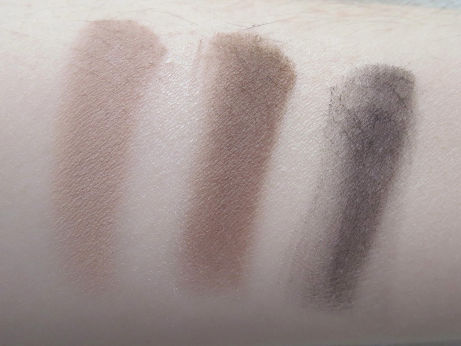 a picture of Urban Decay Naked Basics Palette ; Naked 2, Faint, Crave (swatch)
