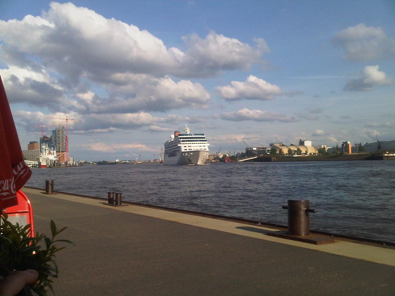 Columbus 2 verlässt den Hamburger Hafen an den Landungsbrücken noch weit entfernt.