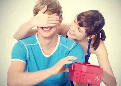 5 مفاهيم خاطئه يعتقدها الزوجين في الاعتذار - امرأة بنت تقدم هدية لحبيبها - woman girl give a gift present to her boyfriend man