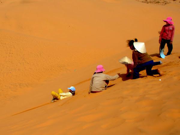 Deslizandose con plasticos por las dunas de Mui Ne