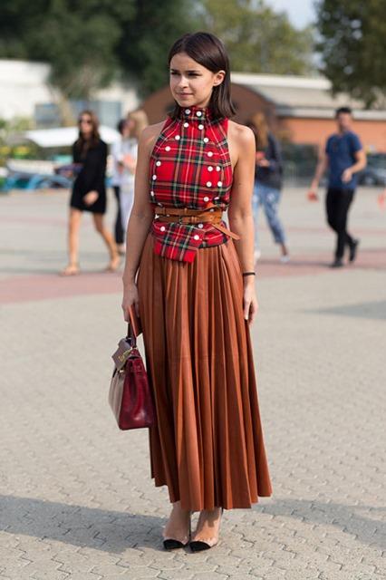 Miroslava Duma con falda plisada