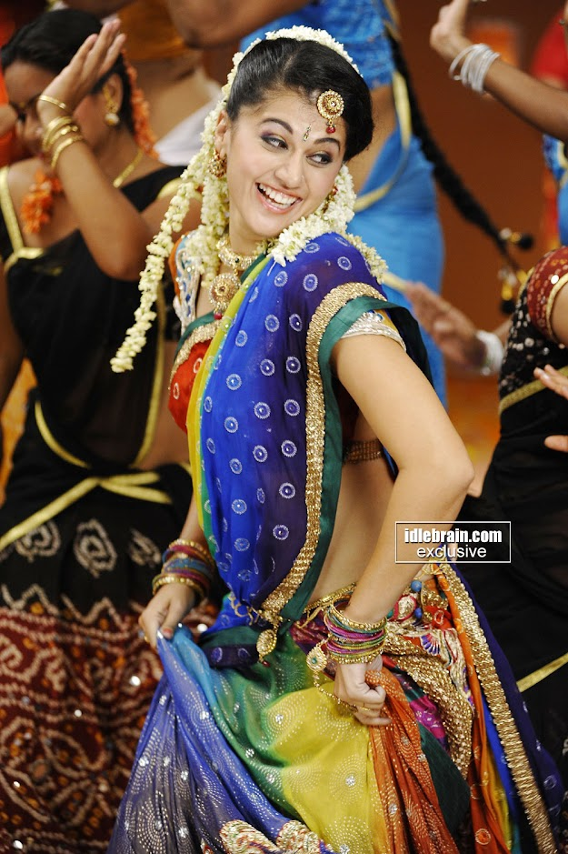 tapsee1 - TapSee Pannu Dancing in Colorful Saree