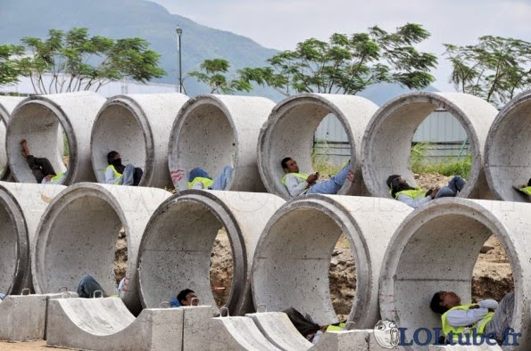 smešna slika: kineski radnici spavaju u cevi