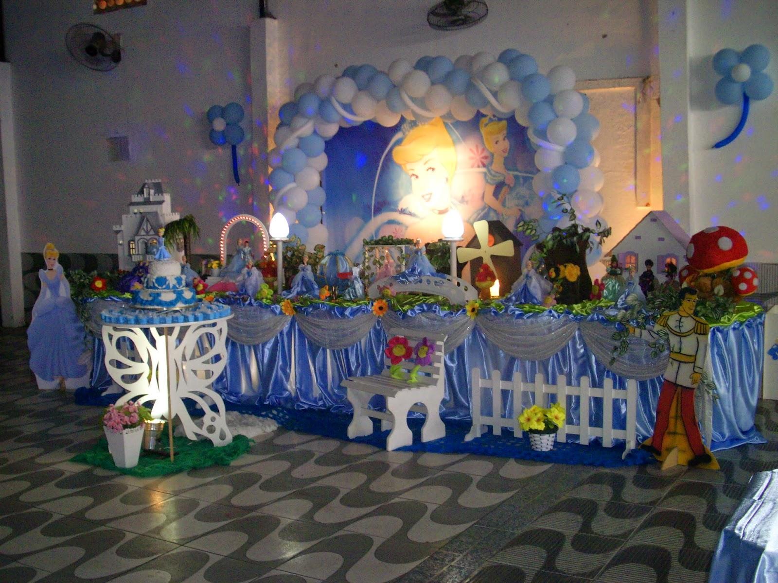 Decoração de mesa de aniversário de festa infantil com o tema Cinderela