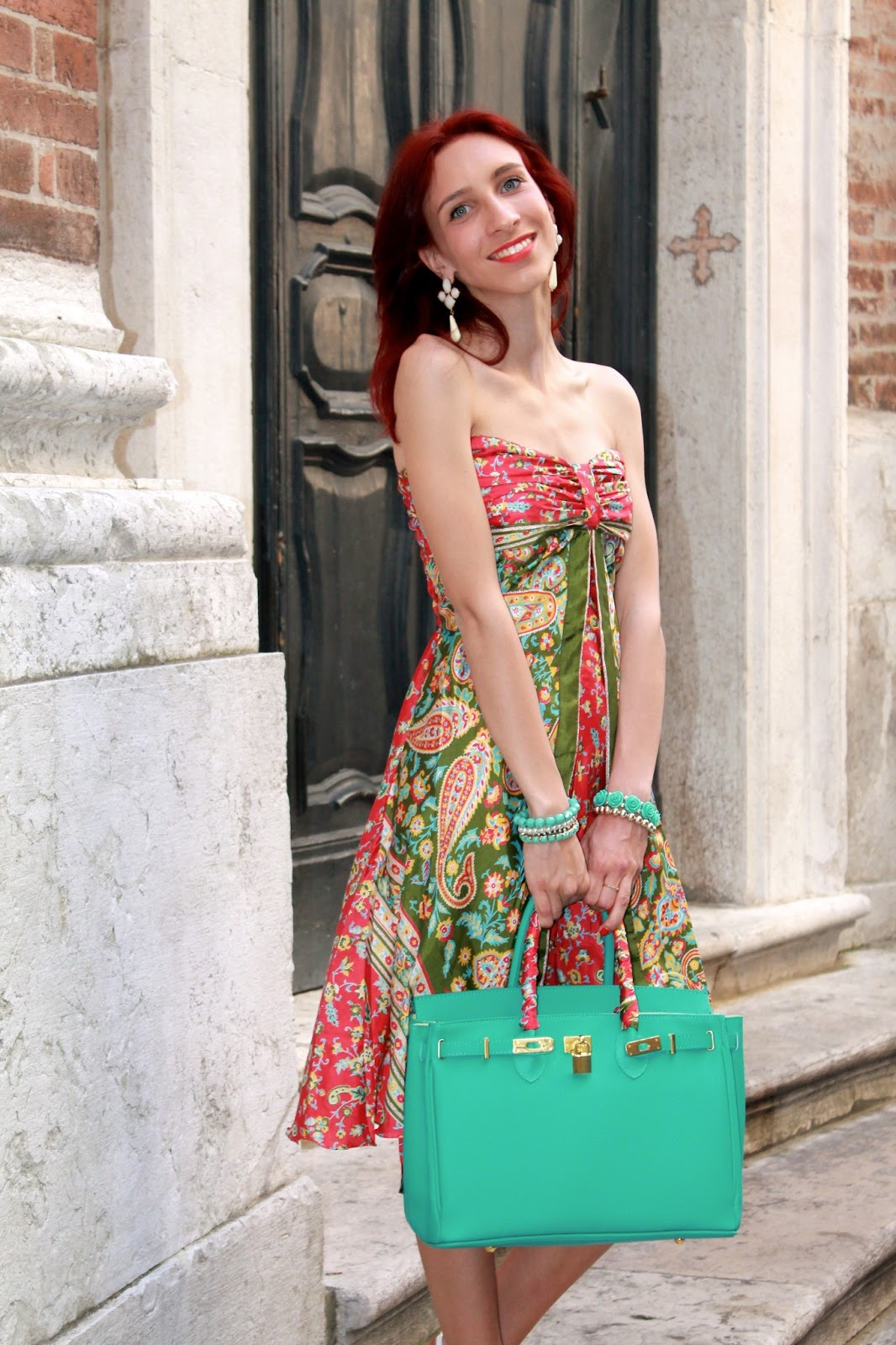 this fancy dress, green water, and give it a touch of style and  elegance putting around the handle of the Birkin inspired a kind of scarf  of the same