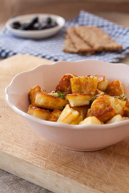 Prženi halumi sa maslinovim uljem, biberom i timijanom