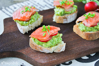Crostini con aguacate y salmón
