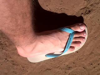 Pé de homem usando havaianas tradicional azul - Pés Masculinos - Male Feet