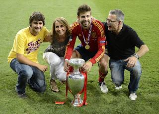 Gerard Piqué, junto asus padres y su hermano