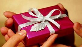 أفضل 8 هدايا لزوجتك في عيد ميلادها - رجل يهدى امرأة هدية -  man give woman a gift