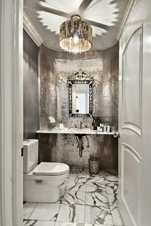 Baños Elegantes Clasicos:Aquí vemos una especie de mosaico con pequeños baldosines plateados