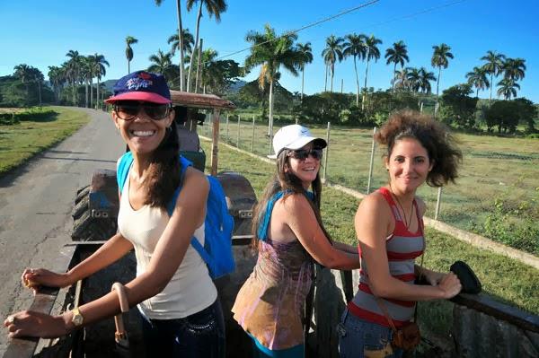 Mi esposa y dos amigas en una excursion atrevida abordo de un tractor