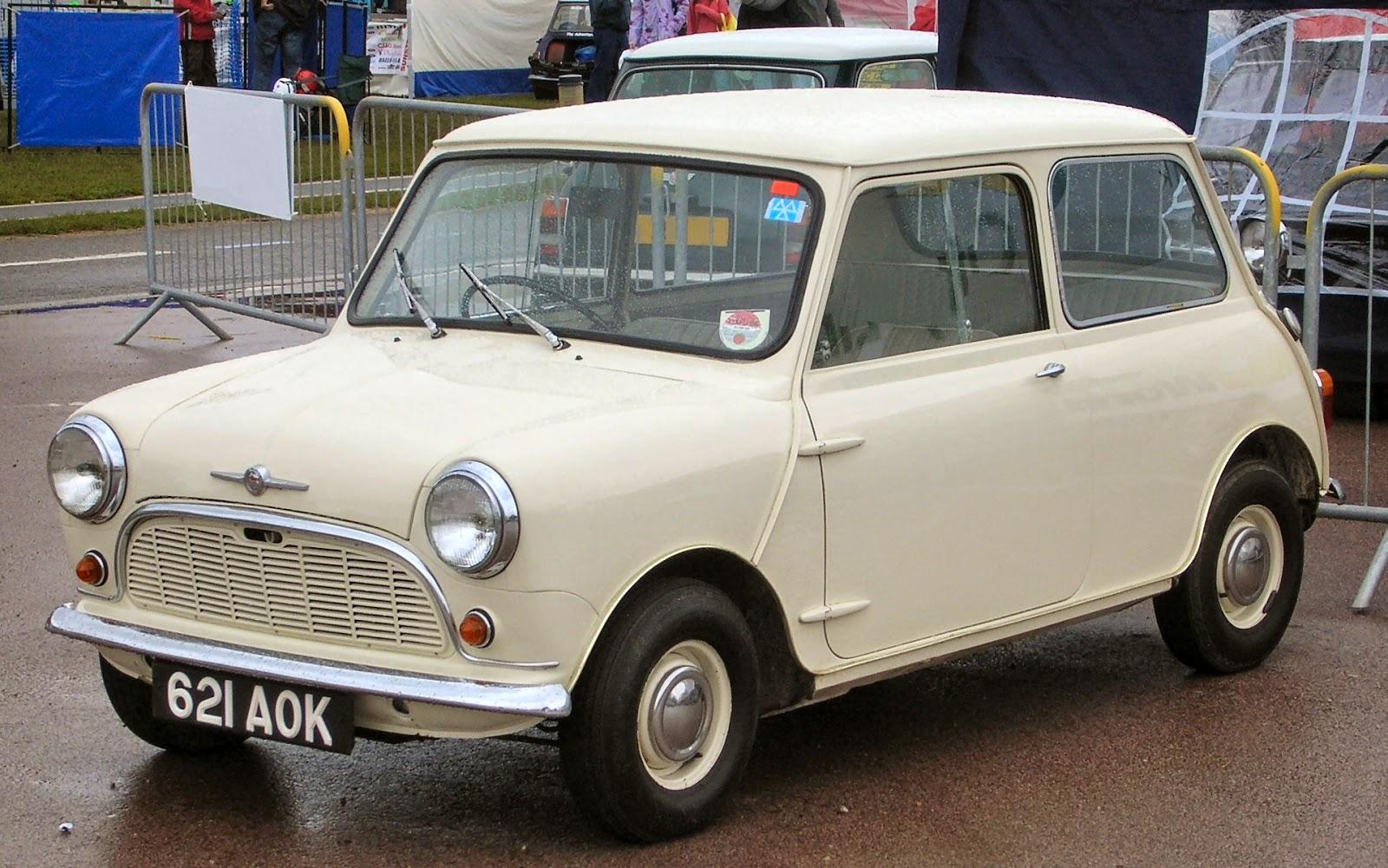 Mini Morris 621 AOK, toute première mini produite en 1959. Elle ne fut jamais vendue, et se trouve maintenant à l'Heritage Motor Centre de Gaydon, GB.