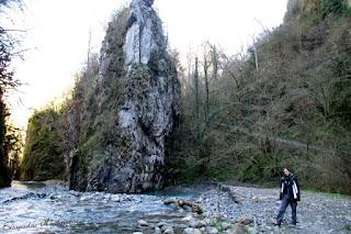 Vistas al camino y el río de las Gorges de kakouetta.