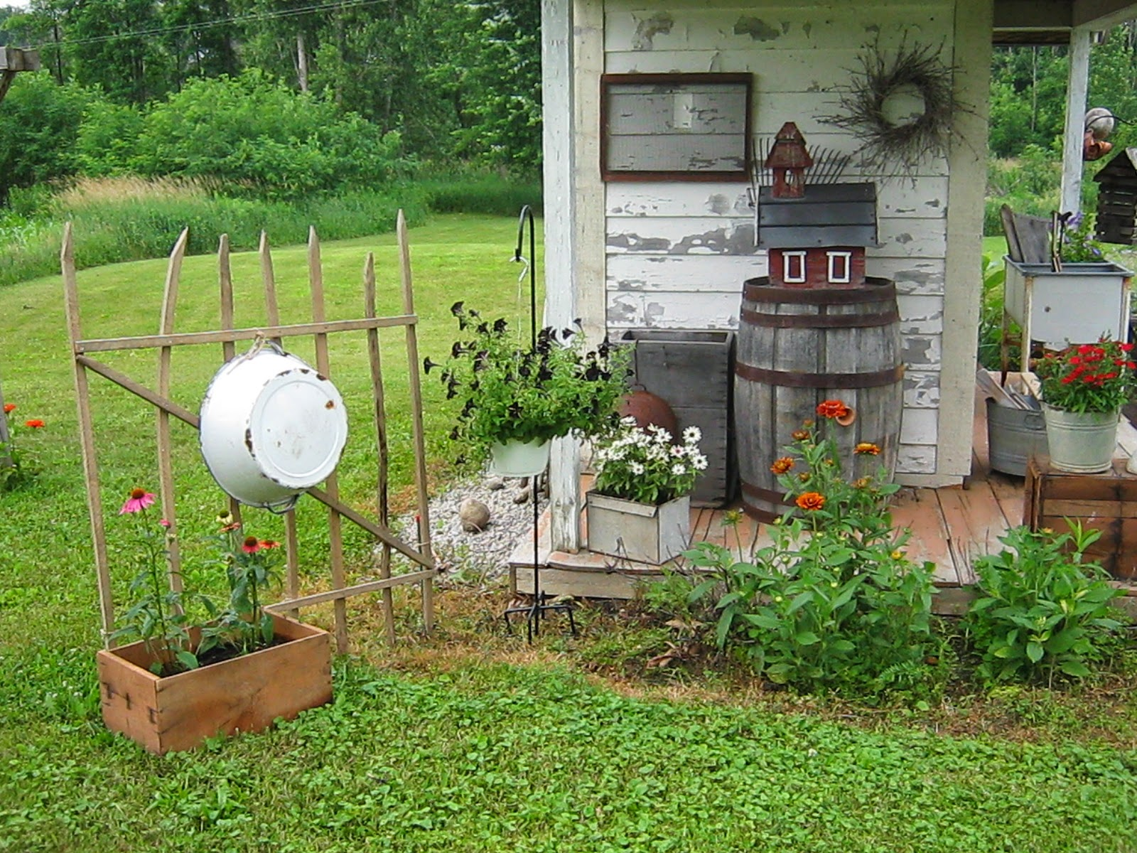 Prim garden on pinterest bee skep birdhouses and for Rustic outdoor decorating