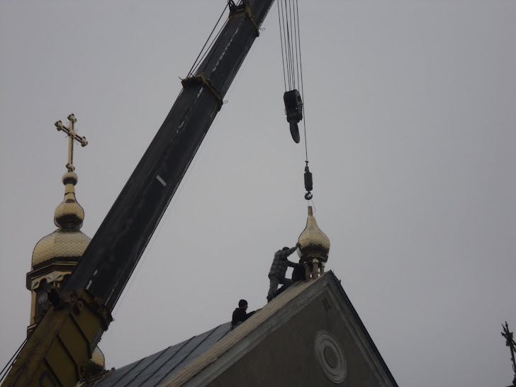 Робочий процес із встановлення малого купола на парафіяльній церкві