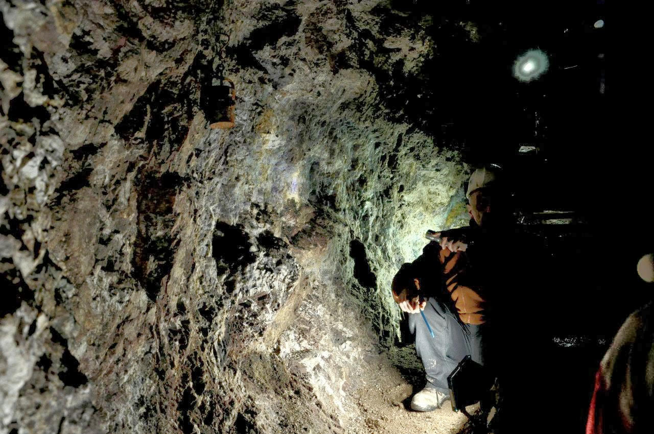 Przewodnik na tle kolorowej ściany w kopalni uranu w Kletnie