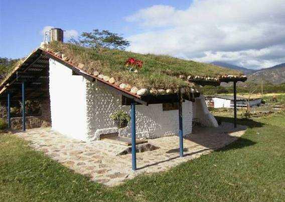 El portal de calixto casas construidas con botellas de for Techos de casas en honduras