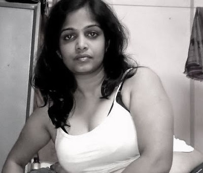 Real Hot Tamil Aunty Mulai Pundai Kattum Picture Girl - HD Wallpapers