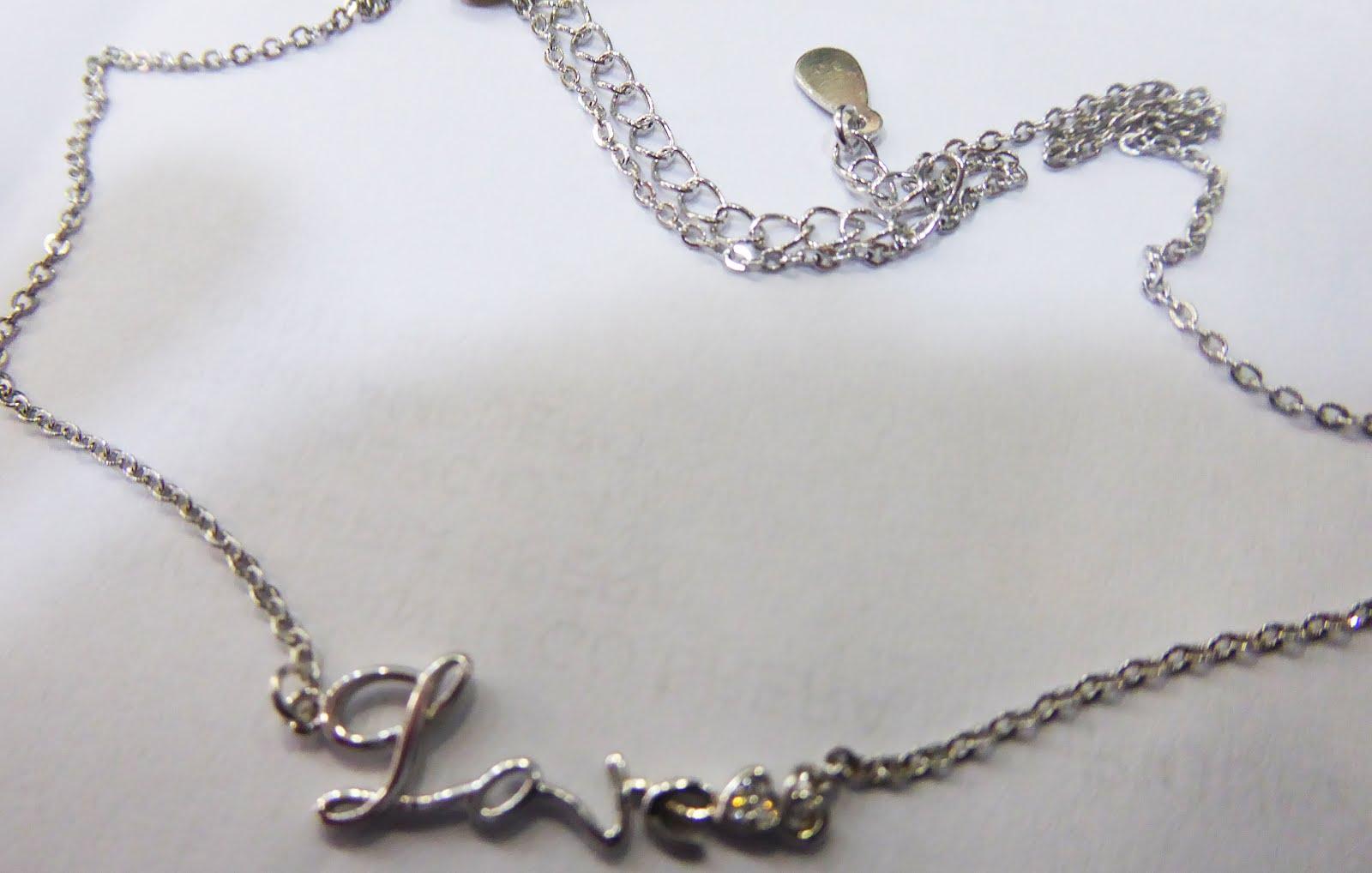 Gargantilla de plata con letrero Love