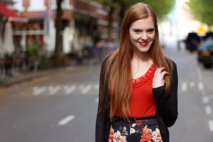 Fashion Blogger Vintage Outfit OOTD roses pencil skirt red lipstick long hair dutch