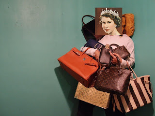Isabel II con bolsas