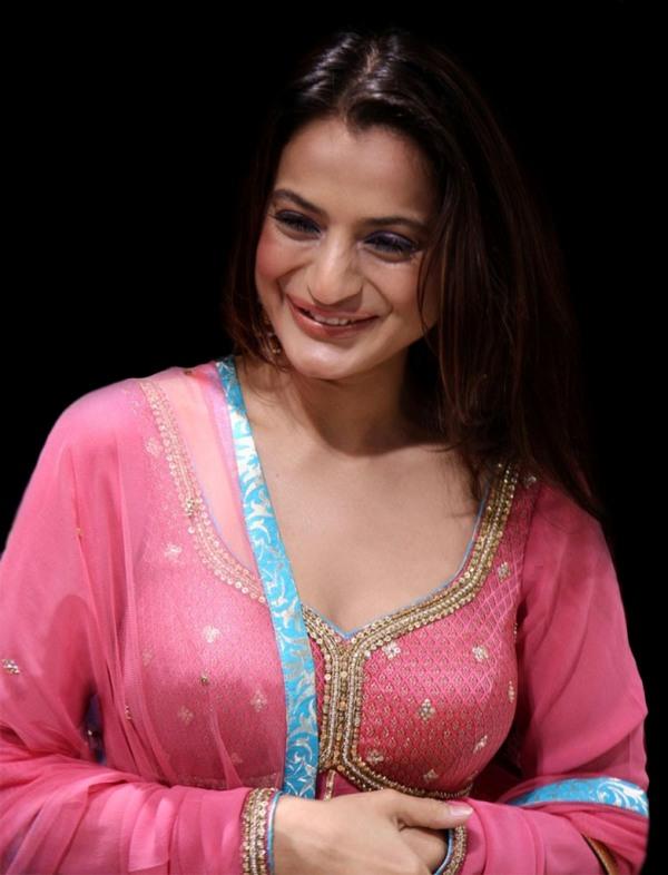 Indian actress amisha patel pics amisha patel images for Amisha indian cuisine