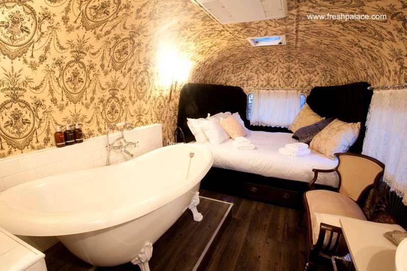 Trailer airstream transformado en dormitorio con tina integrada