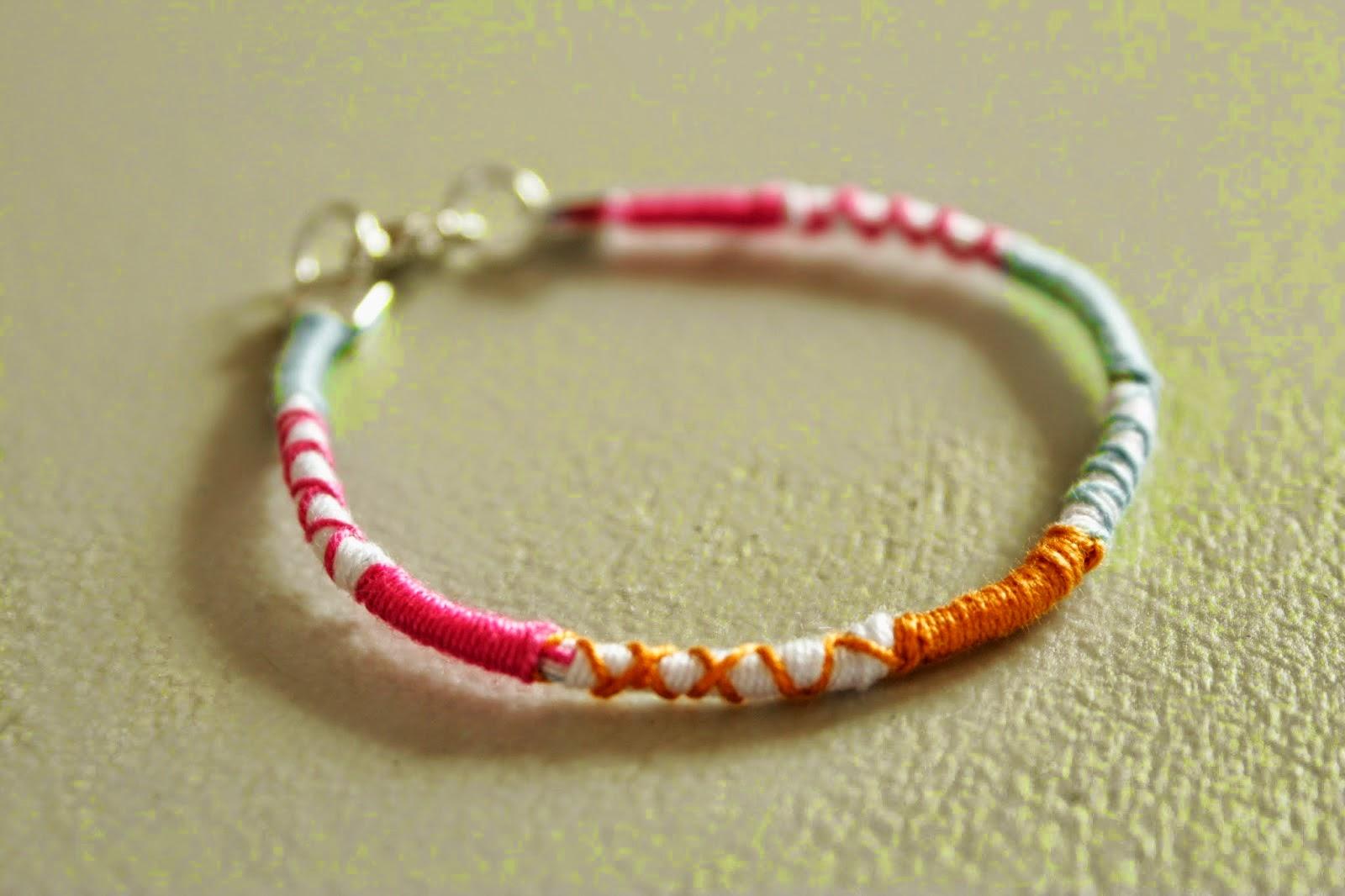 http://curlymade.blogspot.pt/2014/07/diy-wrap-friendship-bracelet.html