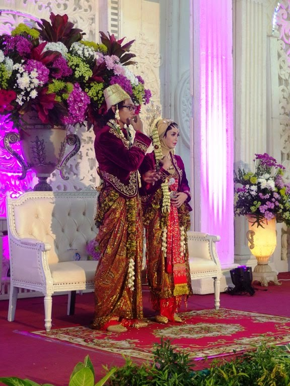Ajeng and ucups wedding reception its a buwuh time whooooaaa the bride and groom in red javanese outfit junglespirit Choice Image