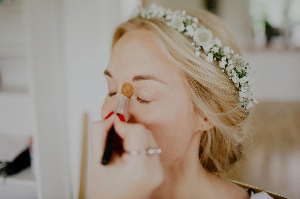 Detaljbild på brud som sminkas inför bröllop
