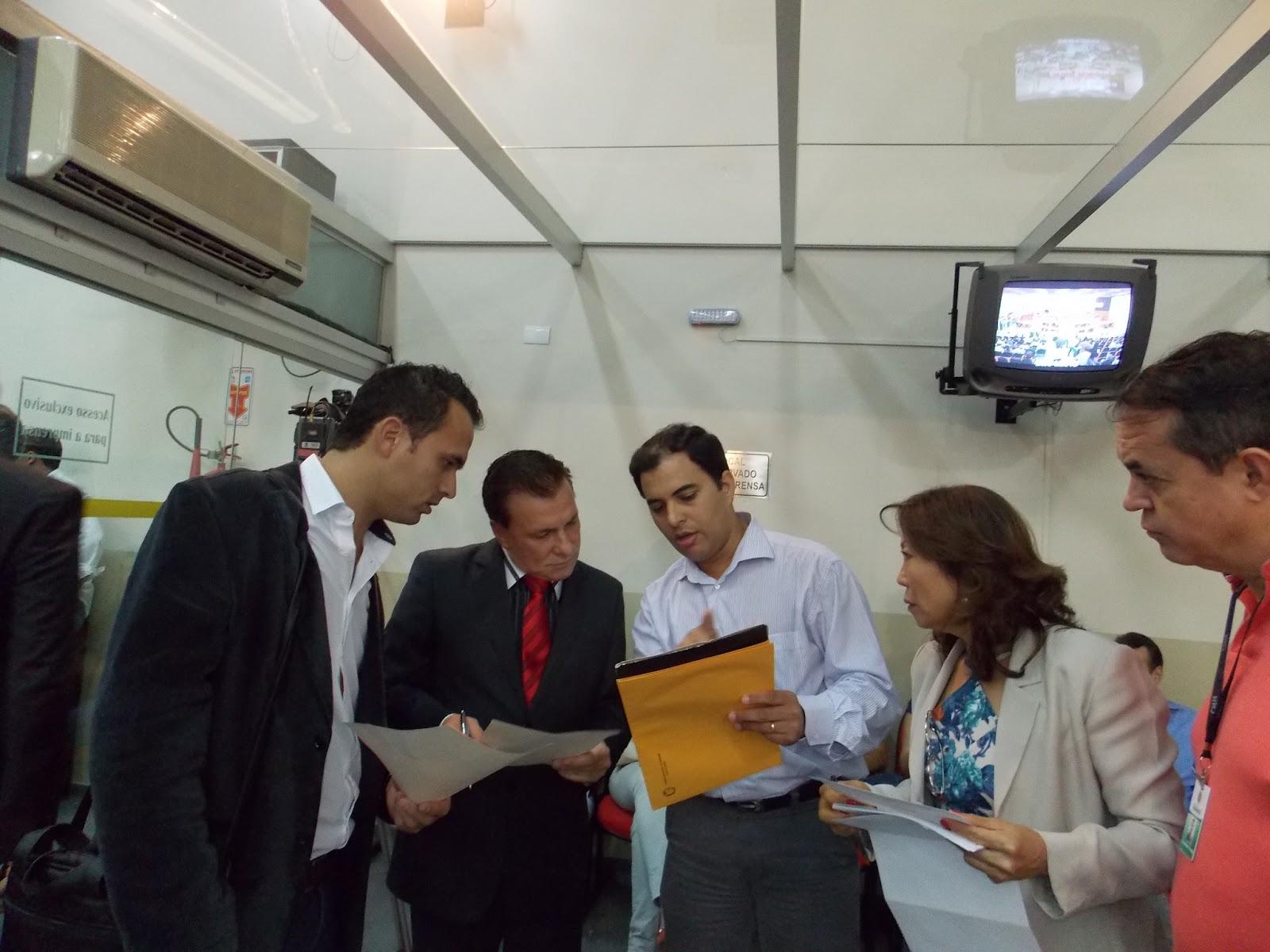 Vereador Luciano Brito entregando ao Deputado Estadual Mauro Moraes (PSDB)  - Presidente da Comissão de Segurança da ALEP alguns pedidos da comunidade  na ... 133145ca883