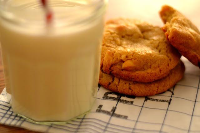 valkosuklaa macadamian keksit